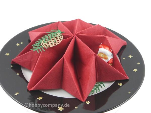 Servietten falten zu einem Stern eine Idee für den Kaffeetisch
